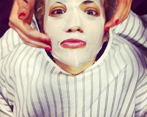 Un nou trend pe Instagram! Vedetele apar cu măști cosmetice pe față (Foto)