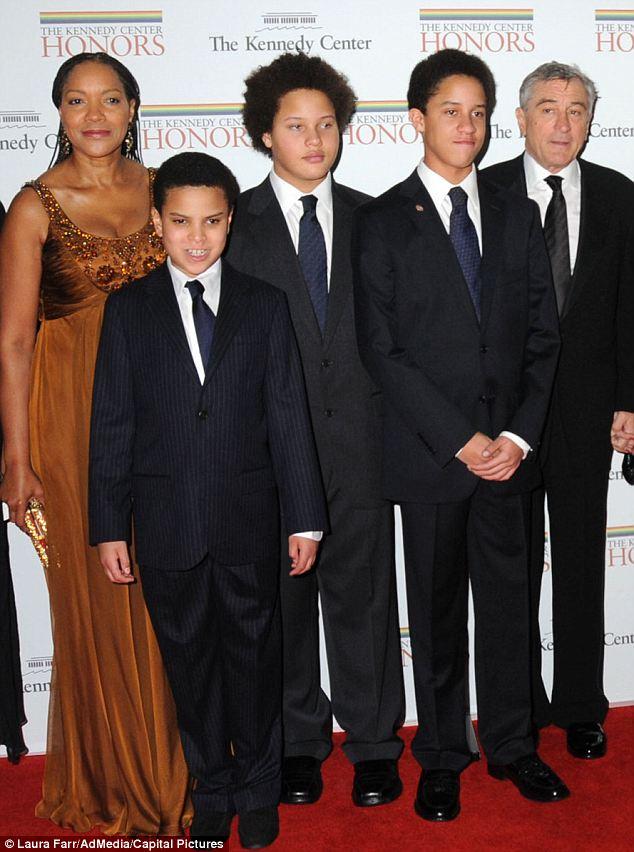 Robert, soția lui, Grace, gemenii Aaron Kendrick și Julian Henry și mezinul Elliot. Foto jos: Grace și Helen.