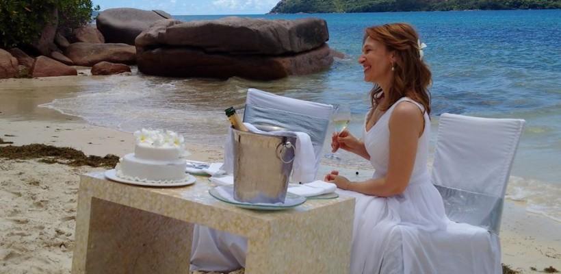 Sanda Filat în rochie albă pe malul mării! O simplă cină romantică?
