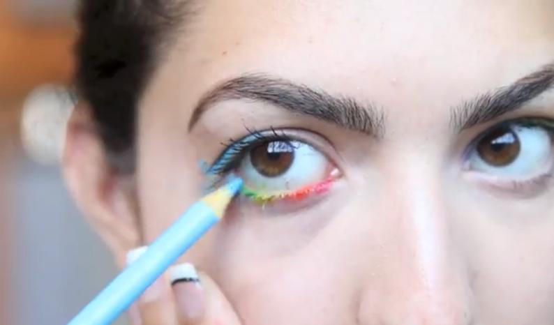 O americancă folosește creioane colorate pe post de produse cosmetice!