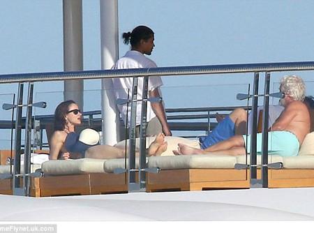 Leonardo DiCaprio s-a distrat pe un iaht cu actrița Juliette Lewis, în vârstă de 41 de ani (Foto)