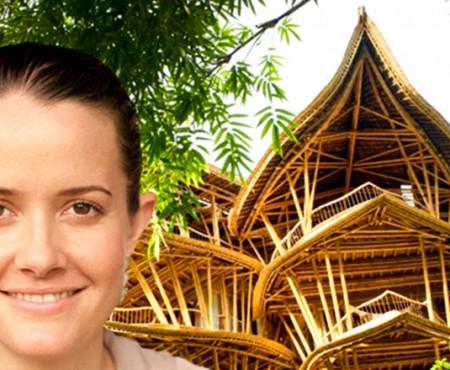 Și-a abandonat jobul pentru a-și construi o imensă locuință de bambus tocmai în Indonezia!