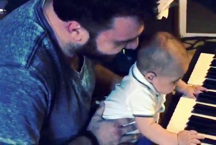Drăgălășenia întruchipată! Fiul Antoniei, surprins la prima sa lecție de pian (Video)