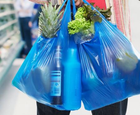 Pericolul plasticului în care se păstrează apa și alimentele din comerț