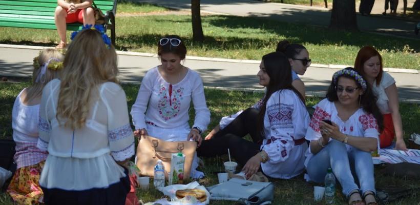 """""""Sânzienele"""" au luat prânzul, azi, în centrul Capitalei! Tot mai multe femei poartă ii (Reportaj video)"""