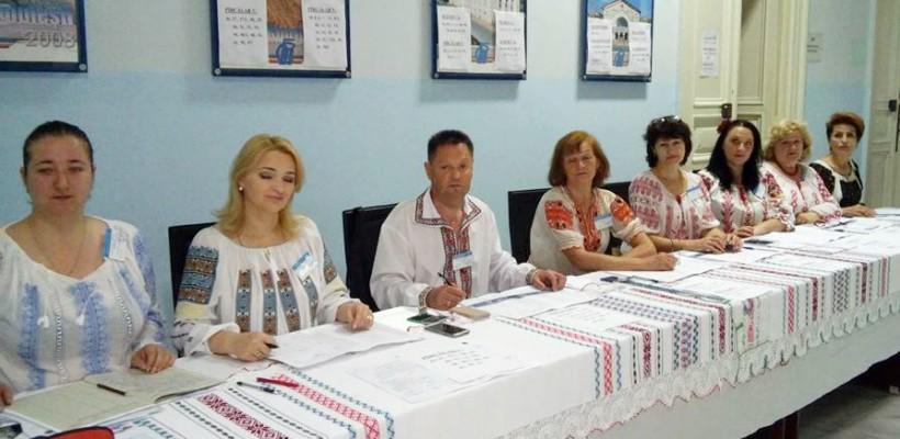 La o secție de votare din Chișinău, reprezentanții comisiei au îmbrăcat haine naționale