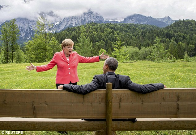 Foto: http://www.dailymail.co.uk/news/article-3116506/The-Sound-Munich-meets-Forrest-Gump-Photograph-Angela-Merkel-speaking-Barack-Obama-stunning-Alpine-backdrop-goes-viral-inspires-dozens-hilarious-memes.html