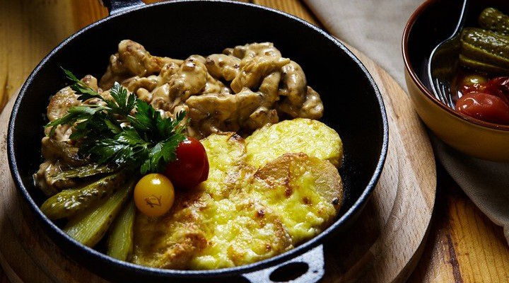 Mai mult decât delicios! Prepară o rețetă deosebită de tocană din carne pui și cartofi (Foto)