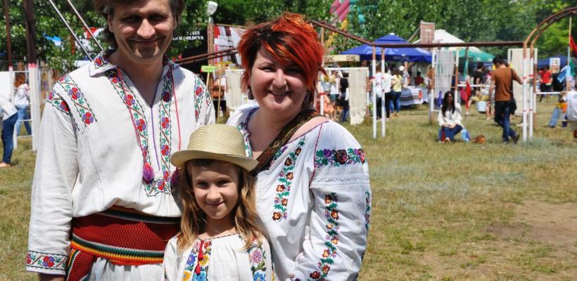 Copii în ii – tradiția portului popular transmisă urmașilor (Foto)