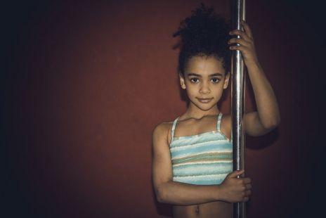 """Are doar 8 ani și dansează uimitor la bară! Fetița """"fără oase"""" a uimit publicul din România"""