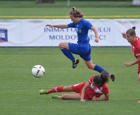 """""""Sportul necesită inteligență"""". Povestea tinerei de 18 ani care joacă fotbal în echipa națională (Video)"""