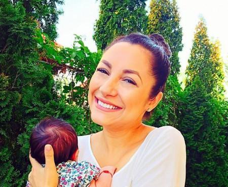 Fiica Andrei a îmbrăcat prima rochiță. Arată ca o mică pințesă (Foto în articol)