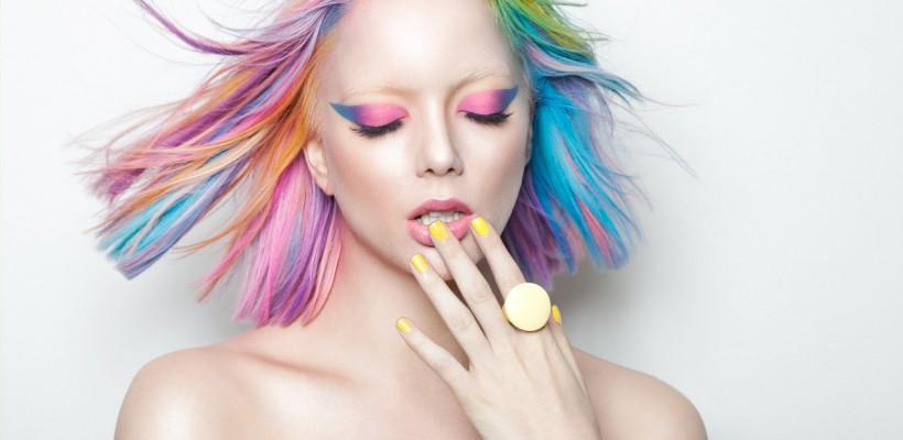 Culorile curcubeului purtate pe păr! E simplu să le aplici și acasă (Video)