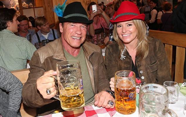 Arnold Schwarzenegger se distrează Oktoberfest cu noua iubită