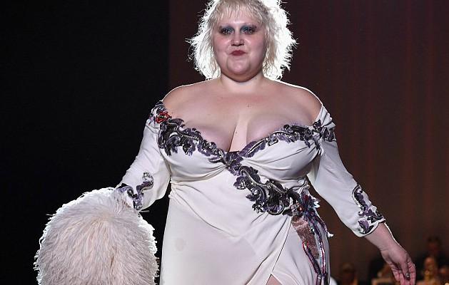 """Cea mai îndrăzneață defilare! Un model """"plus size"""" a lăsat fără replică publicul de la NYFW (Foto)"""