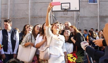 Prima Doamnă a României a revenit la postul de profesoară. A făcut selfie cu elevii (Foto)