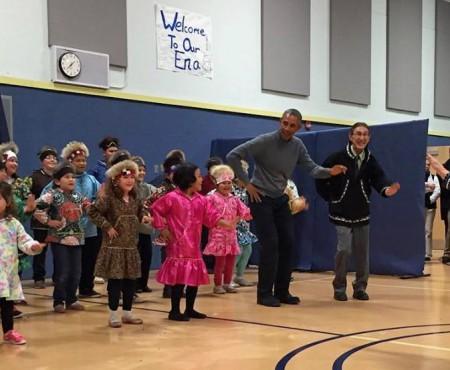 Barack Obama, surprins în timpul unui dans în Alaska (Video)