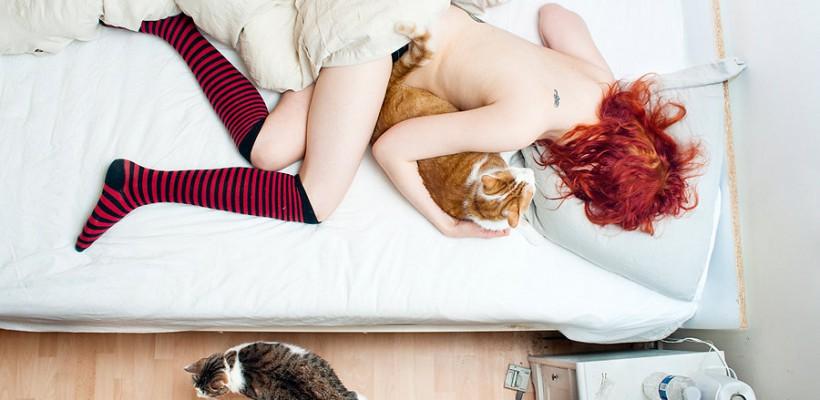 Un fotograf francez a ilustrat ce fac oamenii în momentele lor de intimitate