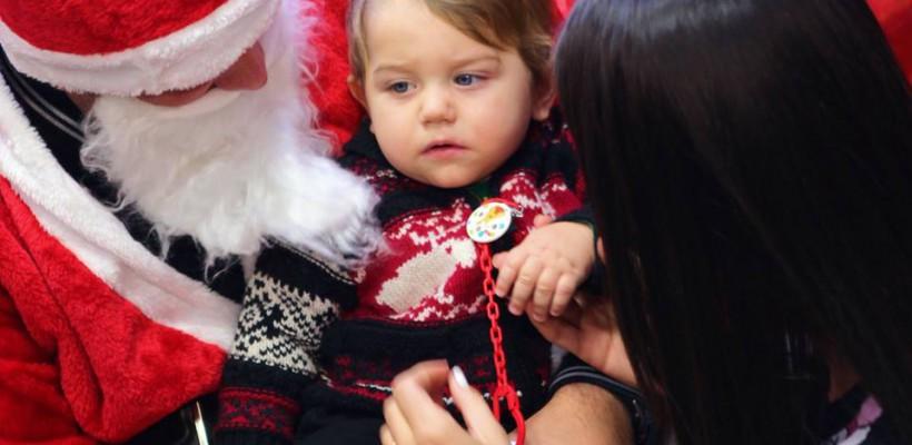 Fiul Elenei Băsescu l-a întâlnit în premieră pe Moș Crăciun (Foto)