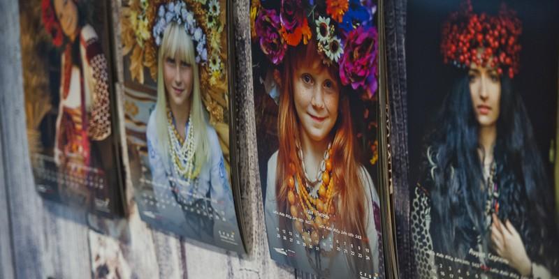 Imagini inedite cu ucrainence în port național au devenit parte dintr-un calendar produs în Republica Moldova