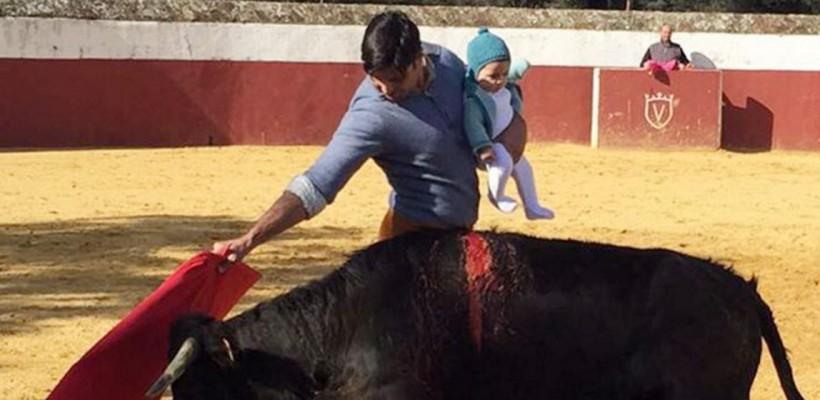 A ieșit în fața taurului ținându-și fiica în brațe