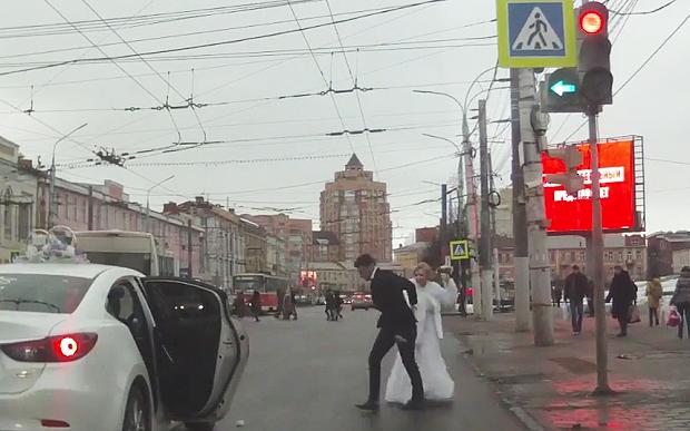 O mireasă fugară din Rusia a atras atenția presei străine cu scandalul din ziua nunții