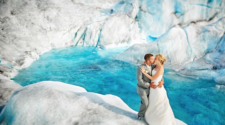 O nuntă fotografiată la răcoarea unui ghețar din Alaska!