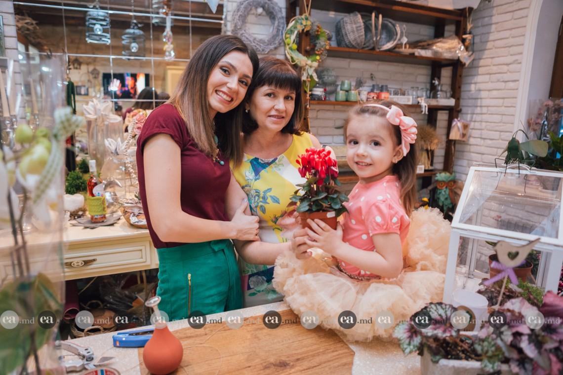 Trei generații de femei s-au regăsit în aroma florilor. Bloggerița Ana Irina alături de mama și fiica sa (Foto)