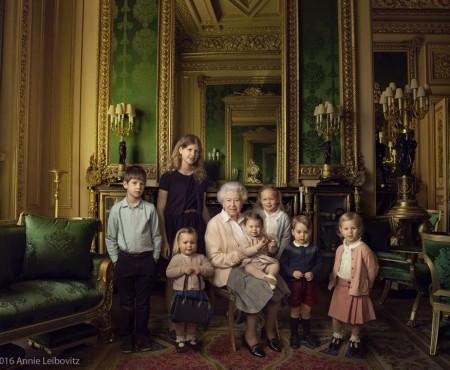 La a 90-a aniversare, Regina Elisabeta a II-a a pozat alături de strănepoți! (Foto)
