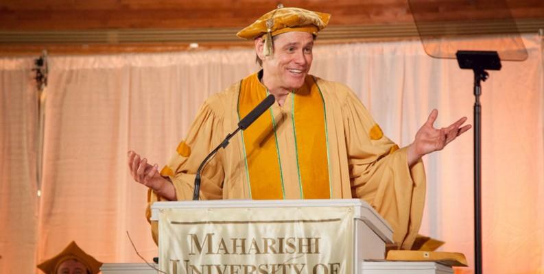 """Jim Carrey, către absolvenți: """"Bazați-vă nu pe religie, ci pe credință. Nu pe speranță, ci pe credință!"""""""