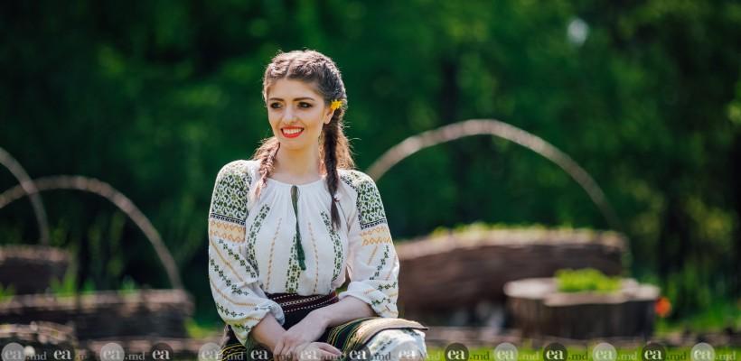 """Desculță prin iarbă de mai! Sorina Știrbu: """"De sărbători, toate drumurile duc spre casă"""" (Foto)"""