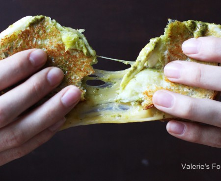 Un deliciu pentru dejun: Sandwich cu mozzarella, pesto și sos de roșii
