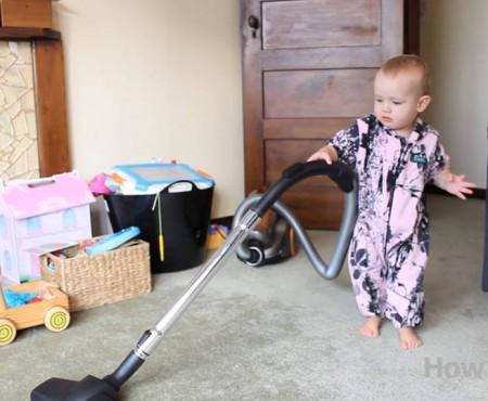 Lecția unui tată: cum să înveți un copil să te ajute la curățenie (Video)