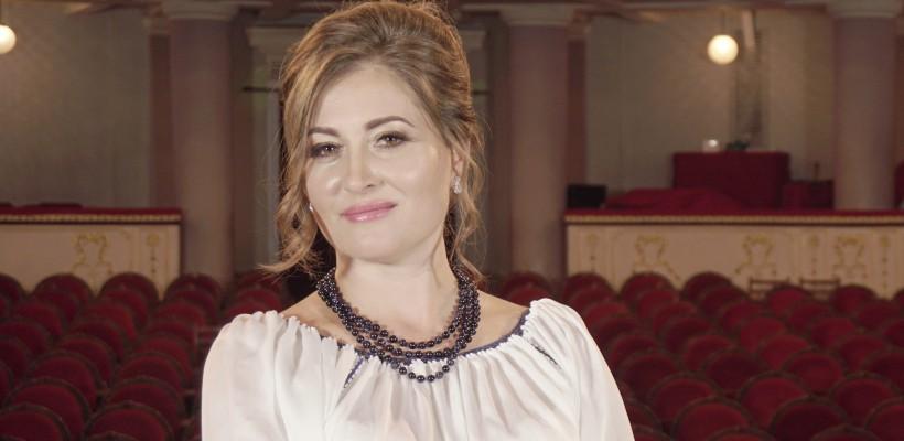 """Interpreta de folclor Rodica Buhnă dă o nouă viață piesei """"La oglinda"""", pe versurile lui G. Coșbuc"""