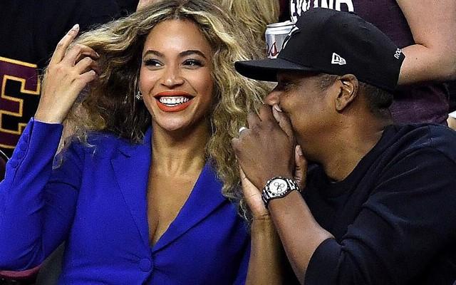 O nouă ieșire romantică! Beyonce și Jay Z, fericiți împreună la un meci de baschet