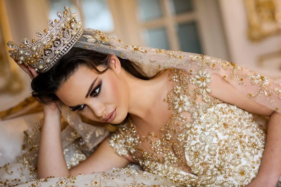 Frumusețe Regală Frida Xhoi Xhei Prezintă O Colecție