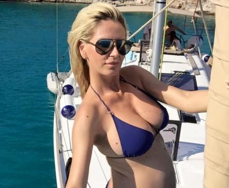 Însărcinată în trimestrul doi, Andreea Bănică pozează provocator în costum de baie