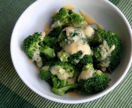 Broccoli cu sos din brânză de vaci și sos! Îlpoți servi la orice oră!