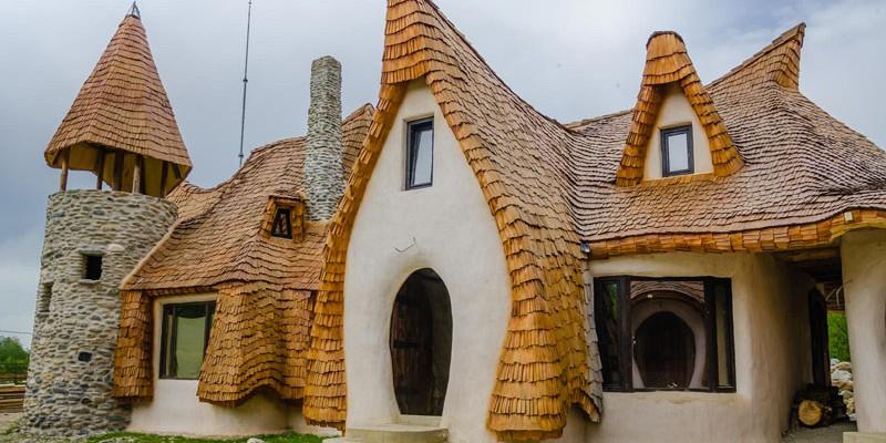 În România s-a construit un hotel doar din lut, lemn, nisip, piatră și fân. Unde se află castelul făcut 100% organic (Foto)
