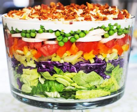 Salată din legume de sezon, așezată în straturi