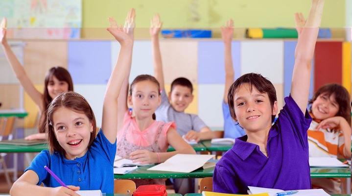 """Comunitatea tinerilor ambițioși îndeamnă la fapte bune: """"Fă un copil fericit în prima zi de școală"""""""