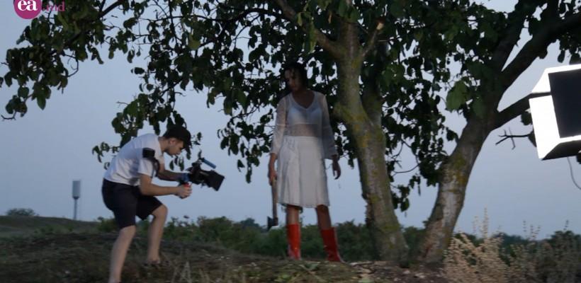 Interpreta Roxana a tăiat un copac prin ploaie și i-a dat foc! Totul pentru viitorul ei videoclip (Video)