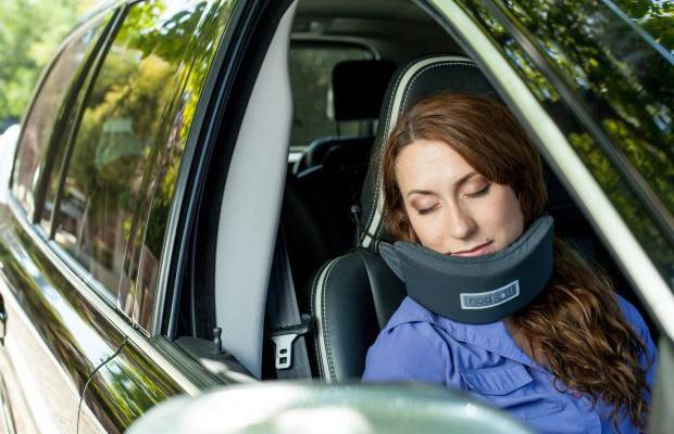 S-a inventat dispozitivul care te ajută să dormi în avion sau mașină (Foro/Video)