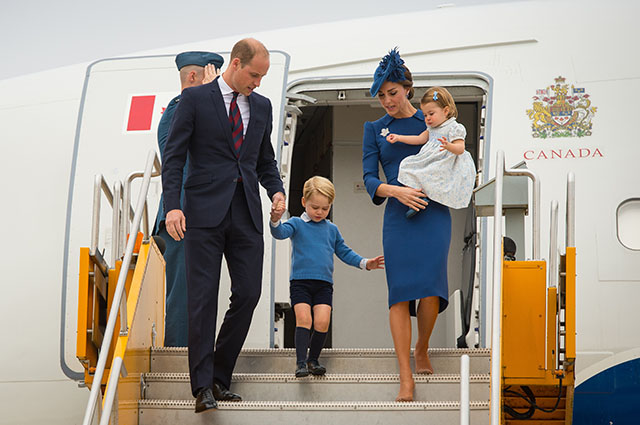 VICTORIA, BC - SEPTEMBER 24: Prince William, Duke of Cambridge, Catherine, Duchess of Cambridge, Prince George of Cambridge and Princess Charlotte of Cambridge arrive at Victoria International Airport on September 24, 2016 in Victoria, Canada. (Photo by Dominic Lipinski-Pool/Getty Images)