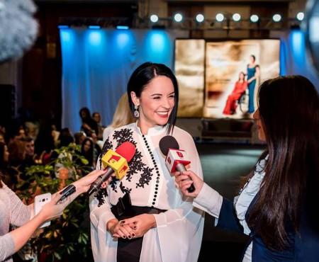 Andreea Marin a sclipit, la Gala Atipic Beauty, într-o ținută a unui designer basarabean (Foto)