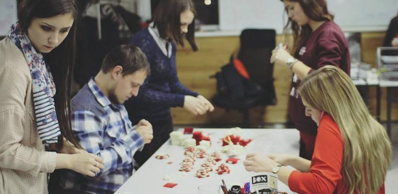 """Au confecționat cu dragoste jucării pentru brad! Compania New Media Group s-a alăturat campaniei """"În brațele mamei"""" (Video)"""