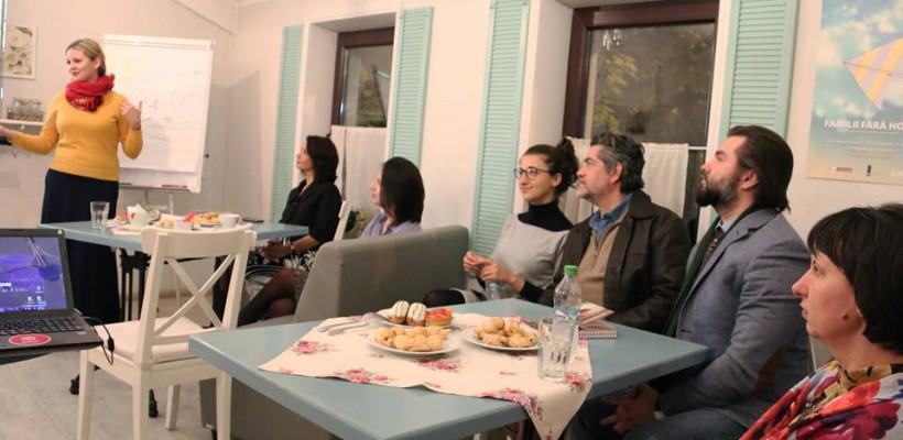 """Dialog public: """"Familii fără Hotare"""". Cum comunică părinții plecați peste hotare cu odraslele lăsate acasă"""