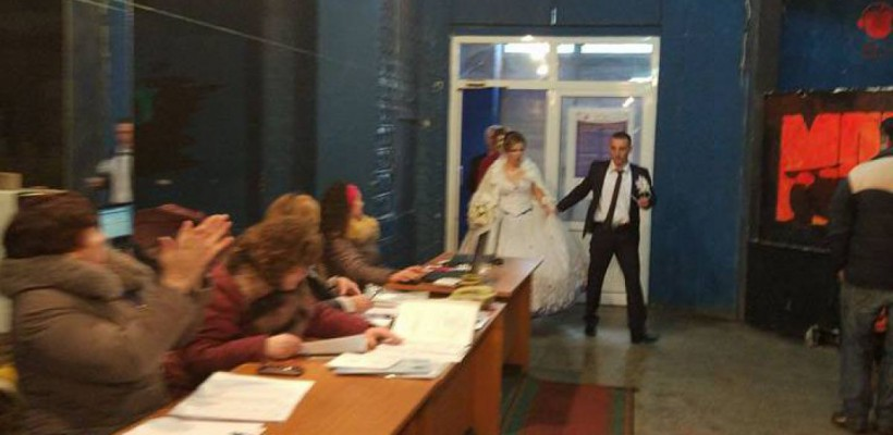 Doi miri din Mândrești au venit la secția de vot în straie de nuntă! (Foto)