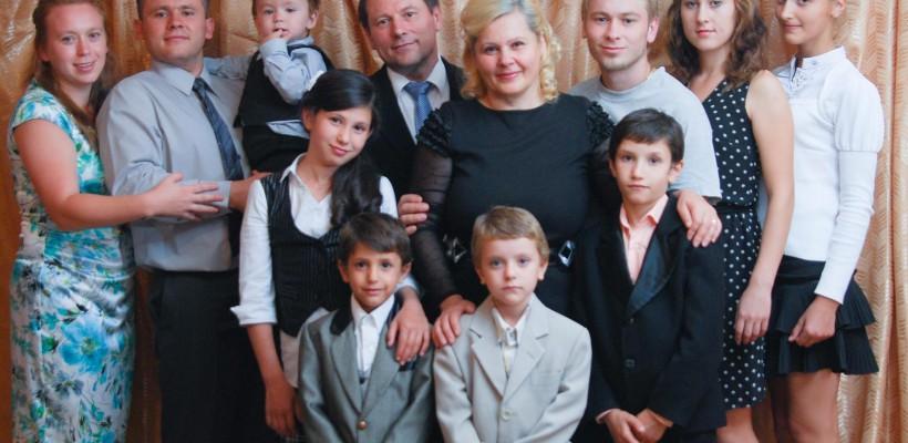 """8 suflete abandonate au găsit fericirea în casa familiei Bubulici. """"Dacă Dumnezeu îți dă copilul, îţi va da şi pentru copil!"""""""