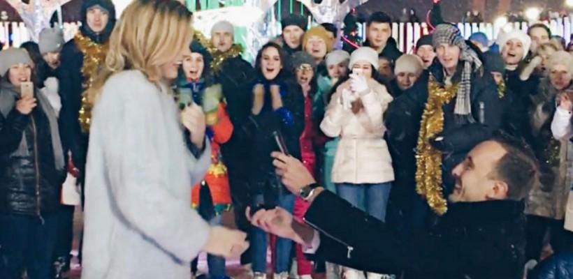 Cântăreața Yulianna Karaulova, cerută de mireasă pe gheață, în ochii trecătorilor! (FOTO)